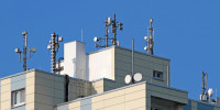 Sur les toits des maisons, des antennes relais émettent des rayonnements haute fréquence  qui menacent notre santé
