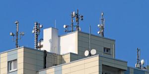 Source d'électrosmog: les antennes relais Elles émettent sur les toits des maisons des rayonnements haute fréquence, qui menacent notre santé.
