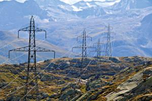 Source d'électrosmog: les lignes à haute tension Elles transportent du courant basse fréquence avec des valeurs de tension extraordinairement élevées, jusqu'à un million de volts