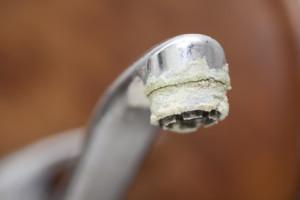 Le dépôt calcaire sur le robinet est un signe typique d'excès de calcaire dans l'eau.