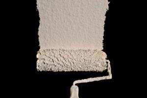 La peinture dispersion à base de graphite noir fait écran à l'électrosmog. Elle peut ensuite être recouverte par n'importe quelle autre couleur.