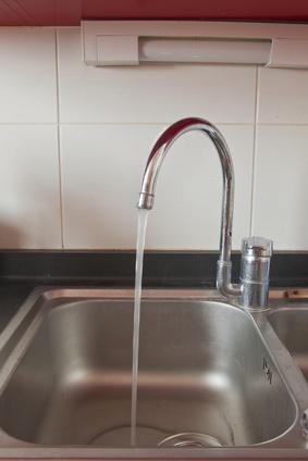 Dans les bâtiments anciens surtout, il est conseillé de laisser couler l'eau du robinet pendant un certain temps le matin, afin d'éliminer les impuretés accumulées durant la nuit.